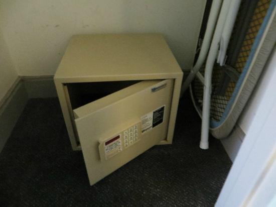 414 Hotel: In-room safe
