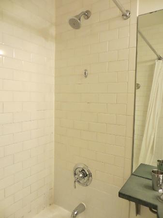414 Hotel: Shower/Tub