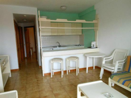 Alameda de Jandia Aparthotel: Salotto, cucina e penisola