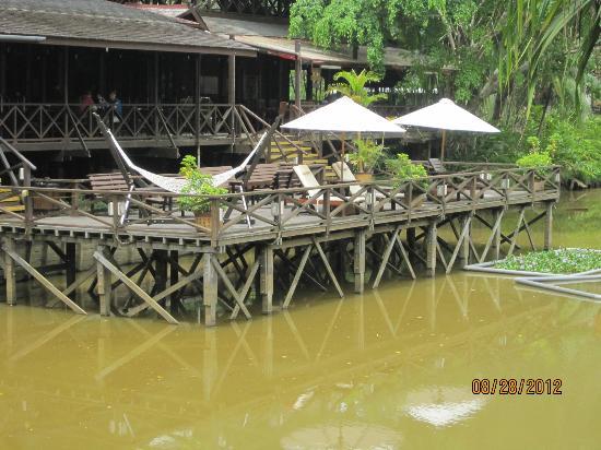 Sepilok Nature Resort: Dining area and pons