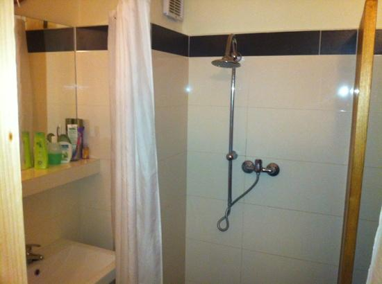 Charles Bridge Economic Hostel: showers