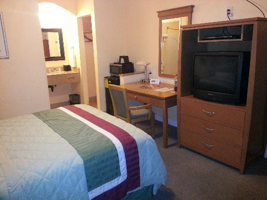 Rodeway Inn & Suites Near the Coliseum & Arena: Room