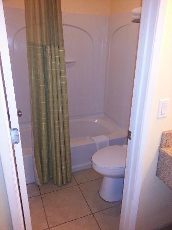 Rodeway Inn & Suites Near the Coliseum & Arena: Bathroom