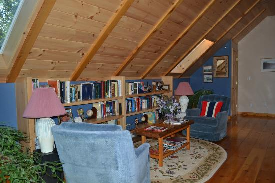 Blueberry Fields Bed & Breakfast: Library upstairs