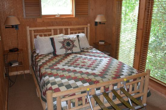 Banner Haven B&B and Cabin Rentals: Creekside Cabin - Queen Bed