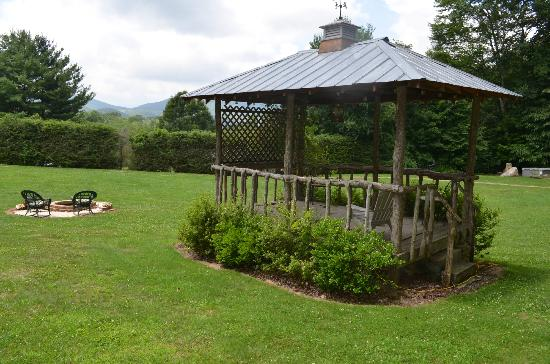 Banner Haven B&B and Cabin Rentals: Gazebo behind the main house