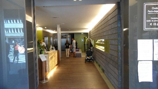 Hotel Cosmopolite : La réception vue de l'entrée