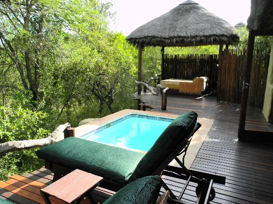 Simbambili Game Lodge: Deck w/plunge pool and outside bed