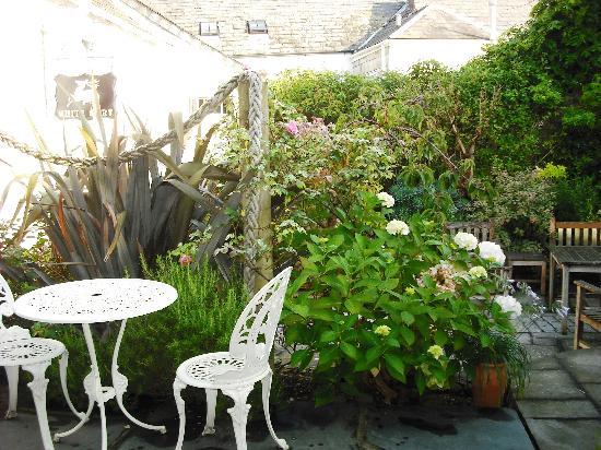 The White Hart: Tranquil Garden
