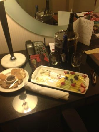 The George, a Kimpton Hotel: Fruit and cheese when we arrived in the room