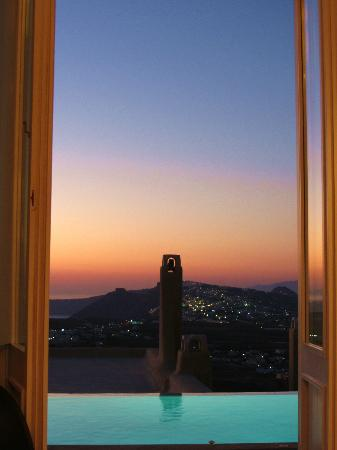 Voreina Gallery Suites: Sunset view from bathroom