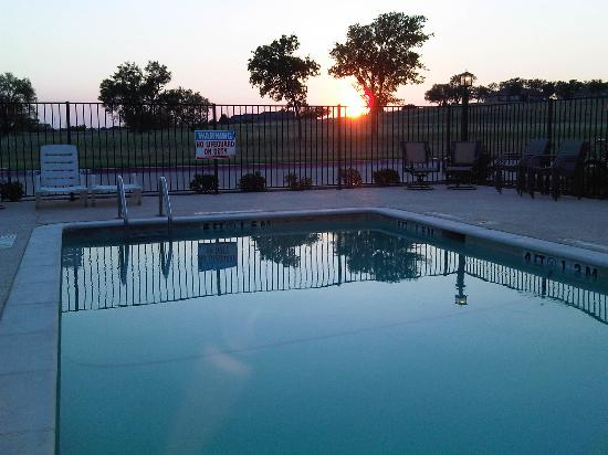 Days Inn & Suites Mineral Wells: Sunset at the pool!
