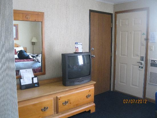 Thunderbird Inn: Doorway and TV area