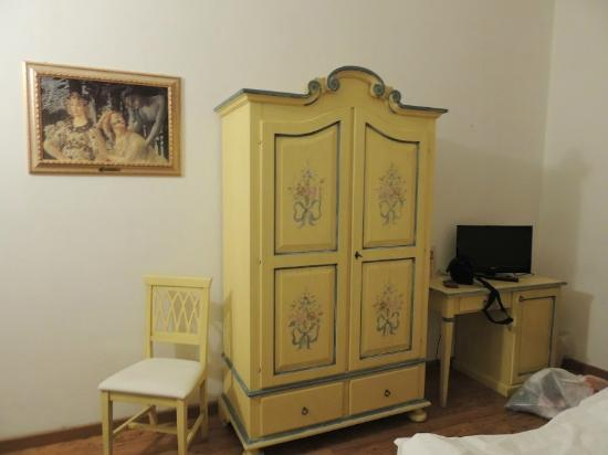 Hotel Vasari Palace: Pretty wardrobe in our bedroom.