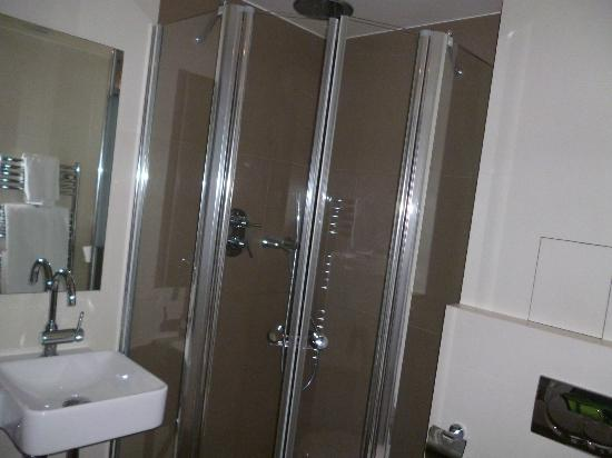 BEST WESTERN PREMIER Opera Opal: Good sized shower, plenty hot water.