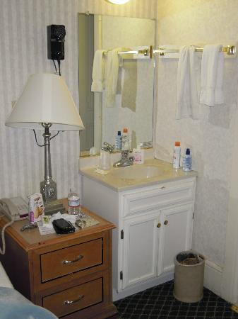 Union Square Plaza Hotel: Bagno letteralmente in camera