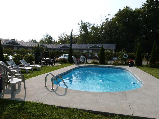 Motel des Cedres: belle piscine