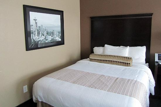 La Quinta Inn & Suites Seattle Downtown: Modern and updated room--very comfy bed