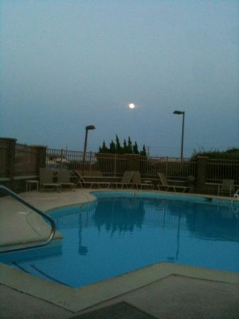 Baymont Inn & Suites Kitty Hawk Outer Banks: Moon over the hotel pool