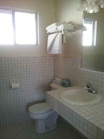San Simeon Lodge: Spotless bathroom