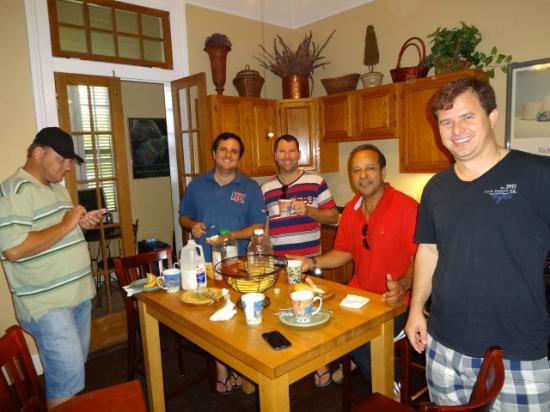 Maison DuBois: Mesa do café de manhã