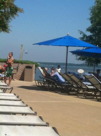 Hyatt Regency Chesapeake Bay Golf Resort, Spa & Marina: You can see the bay from your pool chair!