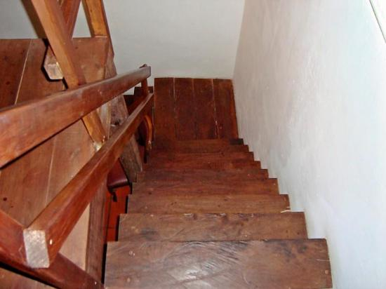 ‪هوتل كينبي: Treacherous steps leading to the loft bed area
