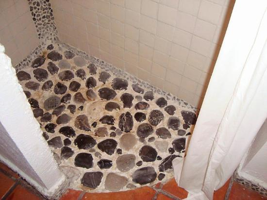 Kinbe Hotel: Rock shower floor hurt our feet! Ouch! Garden room #18