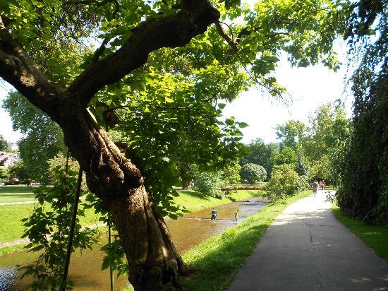 Lichtentaler Allee con bambini che giocano nel fiume