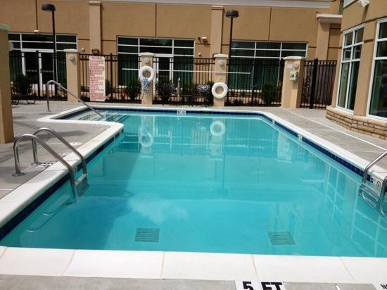 Hilton Garden Inn Atlanta Airport North: beautiful outdoor pool area