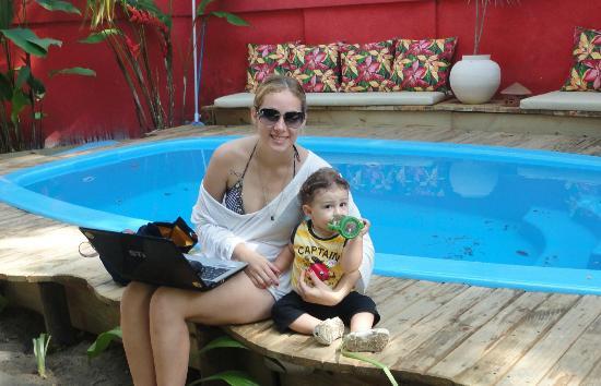 Pousada Tropicana: Navegando na internet na área da piscina, logo após o café da manhã, que é servido lá mesmo!