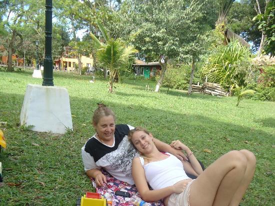 Pousada Tropicana: No bosque (em frente a pousada) com a minha mãe!