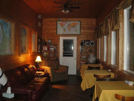 Evergreen Forest B&B: Cozy, dining area