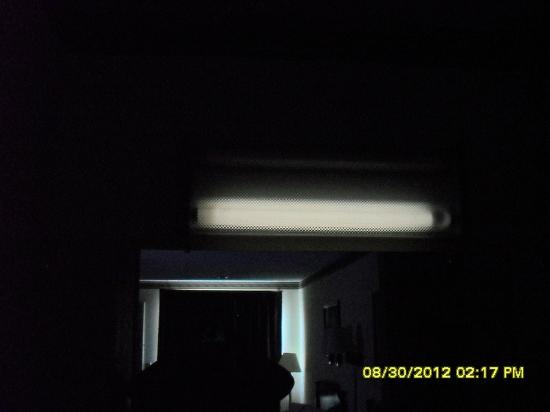 Econo Lodge: Light above the sink; taken in darkness