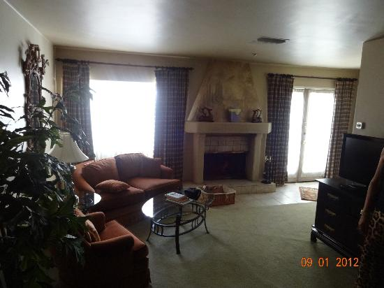 Ingleside Inn: Fire place and sofa