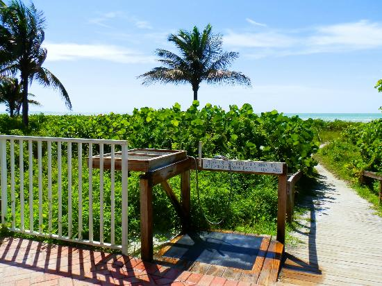 Sanibel Arms West Condominium: entree plage