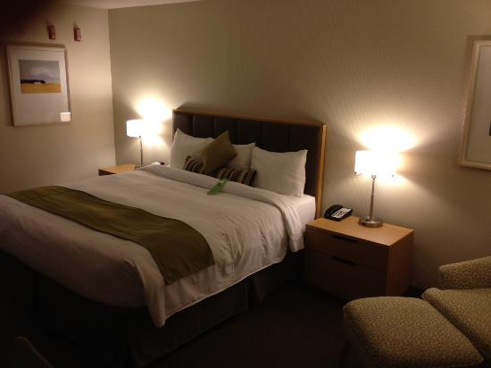 Coast Chilliwack Hotel: Nice king bed!
