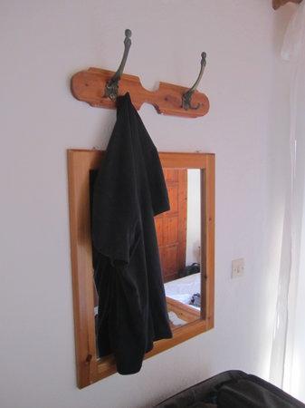 Sifis Hotel & Cafe Bistro: Specchio insignificante sotto attaccapanni