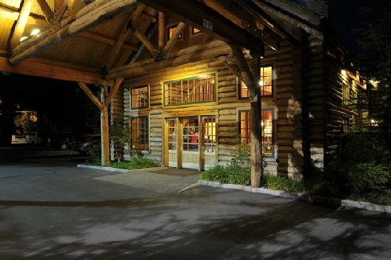 The Lodge at Riverside: Lobby at night