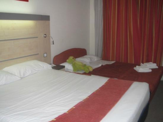 B&B Hotel Madrid Airport T1 T2 T3: Habitación doble con cama supletoria