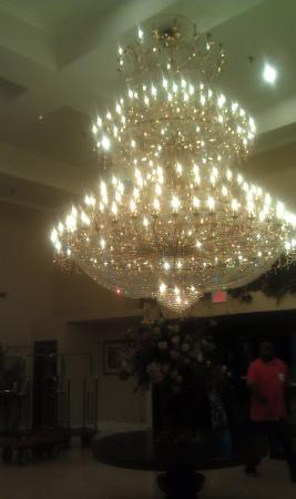 Comfort Suites Gateway: The Front entry a beautiful Chandelier