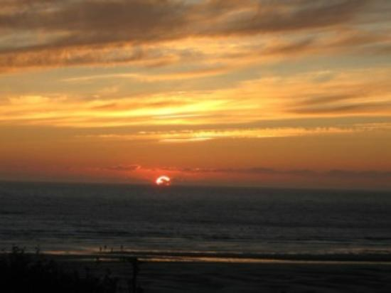 BEST WESTERN Agate Beach Inn: A perfect sunset over water