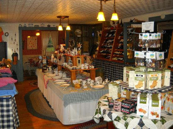 Yardarm Village Inn: Wine, Cheese and gift shop