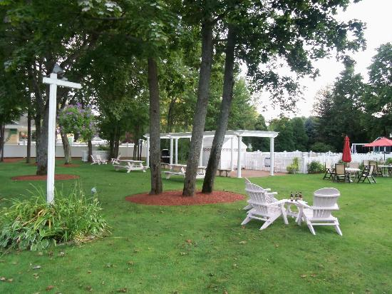 Pink Blossoms Resort (Family Suites): the lovely lawn
