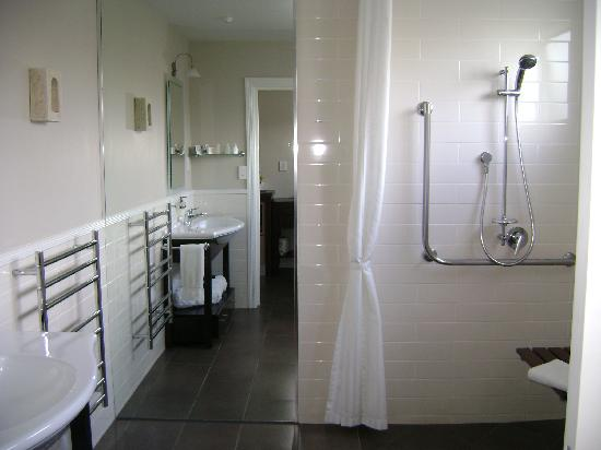 Lodge Bordeaux: wheelchair accessible bathroom