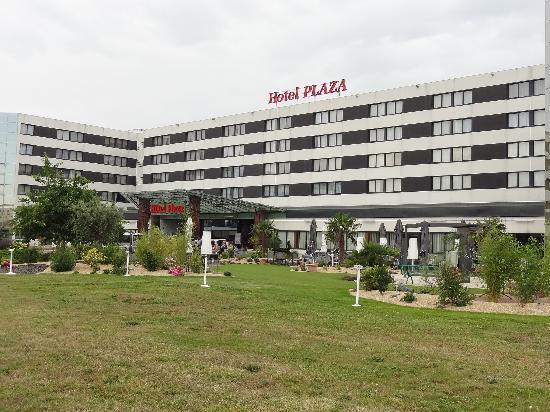 Plaza Site du Futuroscope Hotel: Entrée et terrasse