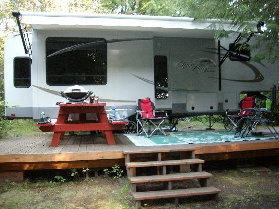 Sunflower Inn B&B: Our trailer fit perfectly with the deck provided on site
