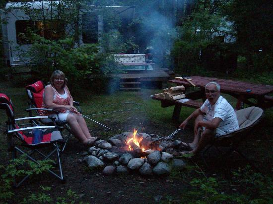 Sunflower Inn B&B: Our very own fire pit right off the deck