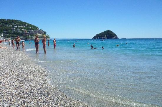 Matrimonio Spiaggia Bergeggi : Tutti in spiaggia a spotorno foto di riviera