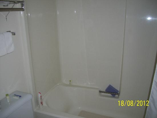 Imperial Motor Inn: Shower/Bath view